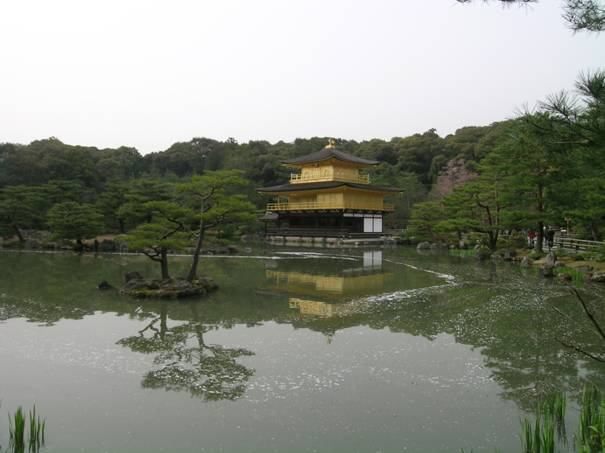 Kyoto'daki Altın Köşk, üçüncü Ashikaga Şogun'u Yoşimitsu (1358-1408) tarafından emeklilik villası olarak inşa ettirilmiştir. Bu Şogun 37 yaşında Zen rahibi olmuş, buranın ölümünden sonra tapınak olmasını vasiyet etmiştir. Köşk 1950 yılında kundaklanmış, 1397'de yapılan orjinalinin aynısı 1955'te yeniden yapılmıştır. Binanın üzeri altın yaprakları ile kaplıdır, tepedeki tavus kuşu bronzdur. Bahçesi, Muromaçi dönemi bahçe stilindedir.