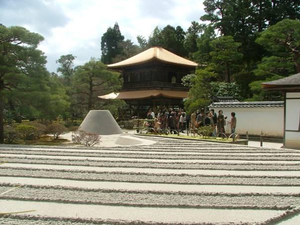 Kyoto'daki Gümüş Köşk, Şogun Yoşimosa için tefekkür etkinlikleri, sanatsal uğraşları ve kuttöresel çay törenleri için yapılmıştı.
