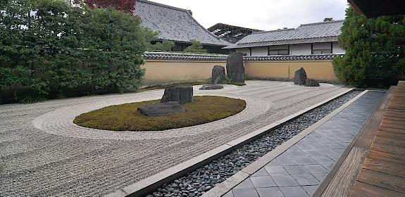Aynı tapınak kompleksinde yer alan Ryogenin manastırdaki en eski yapı. İlk yapımı 1502. Binanın etrafını beş kuru manzara bahçesi çevirmekte. Bunların en büyüğü, fotoğrafta görülen bahçede, tırmıklanmış beyaz çakıl evreni, kayalar turnayı, yosun alanlar kaplumbağayı temsil etmektedir. Bu iki hayvan, sağlık ve uzun yaşamın temsilcisi olduklarından Japon bahçelerinde sıkça betimlenirler. japan-guide.com