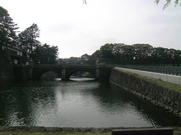 Saray'ın ana giriş kapısına giden taş köprü 1888'den. Adı Nijubashi. İeyasu Tokugava kaleyi buraya 1590 yılında yaptırmış. Önce Tokugavaların Edo Kalesi, günümüzde de hala İmparatorluk Sarayı. İkinci Dünya Savaşı'nda bombalanmış.