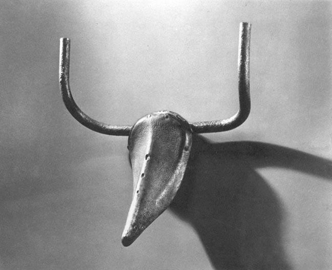 """Picasso, Boğa Başı, 1943. Picasso nesneleri birbirine dönüştürmeye 1930'ların ilk yıllarında başladı. Bisiklet selesi ve gidonları ile  bir boğa başı yapmıştır. Ayrıca bir oyuncak arabayı maymun yüzüne, tahta parçalarını insan figürlerine vb. çevirmiştir. Boğa Başı'nda Picasso selenin ve gidonun biçimini hiç değiştirmemiştir. Yaptığı şey, bunların bir boğa başı imgesini oluşturabileceğini görmek olmuştur. Zaten bu kuşağın gözünde """"aslolan sanatçının yaptığıdır""""."""