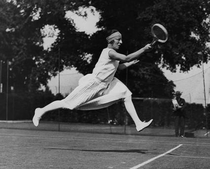 Suzanne Lenglen, Jean Patou tasarımı giysisi ile 1922 Wimbledon Tenis Turnuvası'nda. www.nickelinthemachine.com