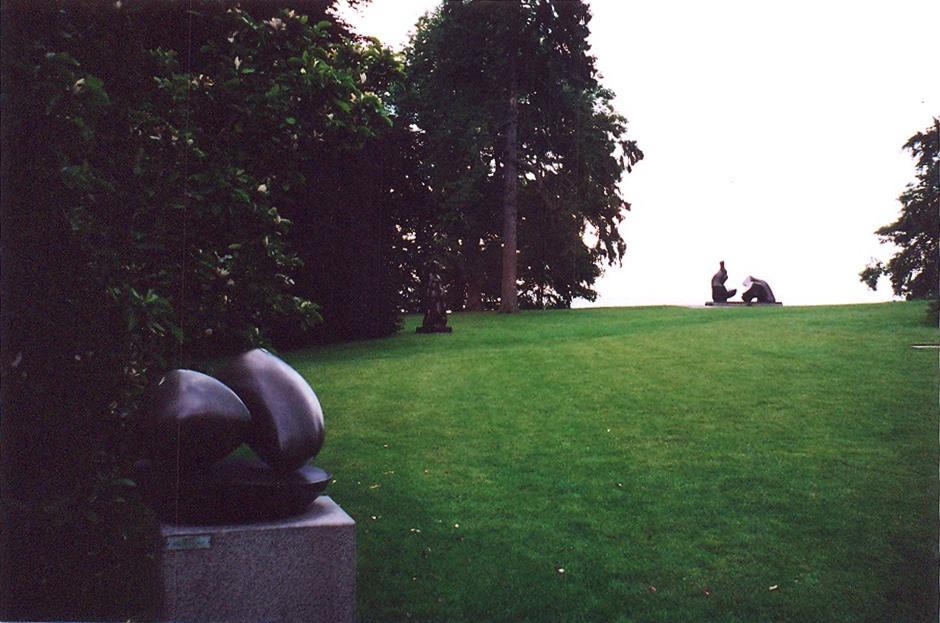 Alsace-Lorraine'li Jean Arp (1887-1966), 1916 yılında Zürih'teki Dada grubunun kurucu üyeleri arasına katıldı. 1930'lardan sonra heykel yapmaya başladı. Hep değişken olabilecek formlar kullandı. Uluslararası büyük Sürrealist ve Soyut sanatçı sergilerine katıldı. Gezdiğimiz müze, 19. yüzyıla ait bir villanın içine ve bahçesine kurulmuş, bir tarafı deniz, bir tarafı nehir ile çevrili harika bir yerdi. Sergilenen eserlere ayrı bir güzellik katıyordu. Jean Arp, Helsingor, Louisiana Açık Hava Müzesi, Danimarka.