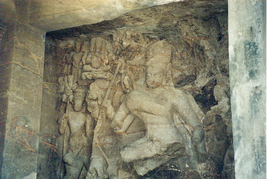 Hindistan Kapısı'nın önünden kalkan tekneler Elephanta Adası'na gidiyor. Adaya giderken petrol çıkarma platformlarının yakınından geçiliyor. Adaya varınca, yolun bir kısmını küçük, yanları açık vagonları olan bir trenle gitmek mümkün. Sonra, tepeye çıkan merdivenler tırmanılıyor ve tepedeki kaya-oyma Şiva Tapınağı'na varılıyor. MS. 8. yüzyıldan günümüze ulaşan tapınağın içi Tanrı Şiva'nın değişik yönlerini gösteren pek çok duvar panelleriyle kaplı. Merkezde 6 metre yüksekliğindeki üç başlı Şiva heykeli çok etkileyici. Bu üç yüzü ile Şiva'nın yaratıcı - koruyucu - yıkıcı karakteri simgeleniyor. Sütunların başlıklarında çeşitli, birbirini tekrar etmeyen motifler kullanılmış. Sadece bu tapınağı görmek için bile Mumbai'ye gitmeye değer.