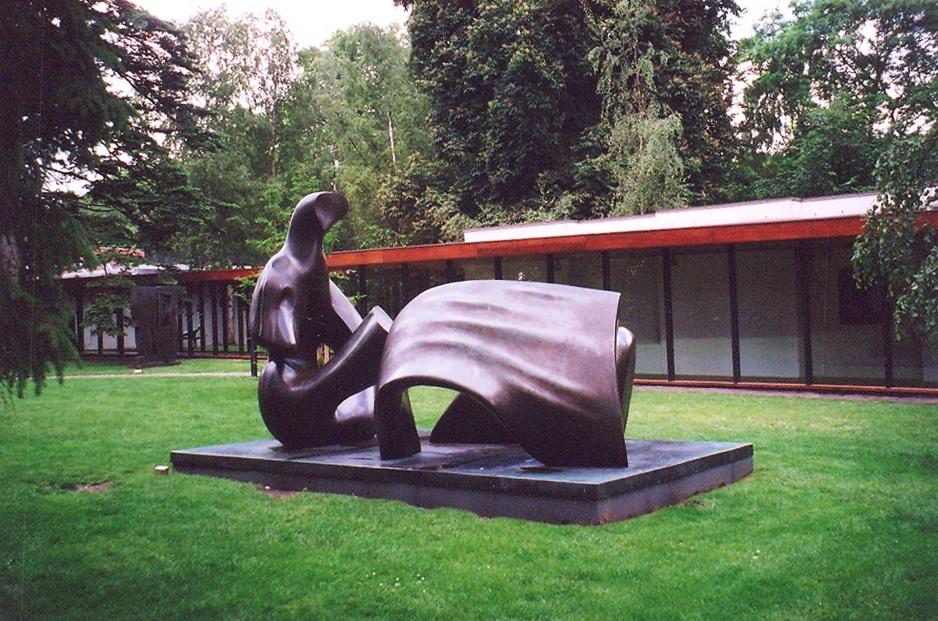 Henry Moore'un, nesnelerin dış görünüsüyle daha çok ilgilenen bir üslubu vardi. Moore, 1936'da Ingiliz Sürrealist Grubunun kurucu üyesi oldu. 1956'da Paris'teki UNESCO binasi için heykel yapmakla görevlendirildi. Dünyanin başka yerlerinden de aynı çesit heykel siparişleri aldı. Henry Moore, Helsingor, Louisiana Açık Hava Müzesi, Danimarka.