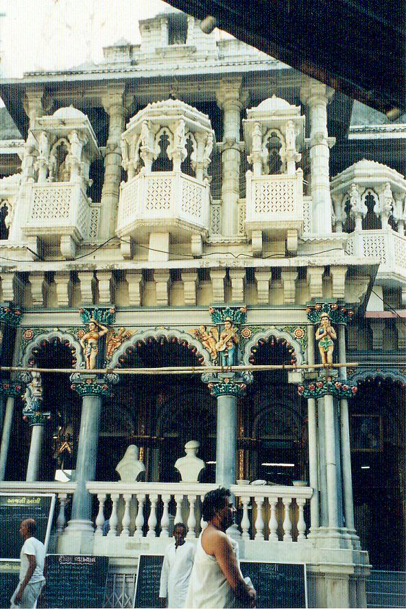 Malabar Tepesi'nde bir de Caynacı Tapınak var: Adinath Tapınağı. Caynaclıar şehrin en zengin kesiminden. Tapınaklarına da çok kaynak aktardıkları belli oluyor. Tapınakları mermer, ayna, gümüş ile bezeli. Her gün dua etmek için tapınağa geliyorlar.