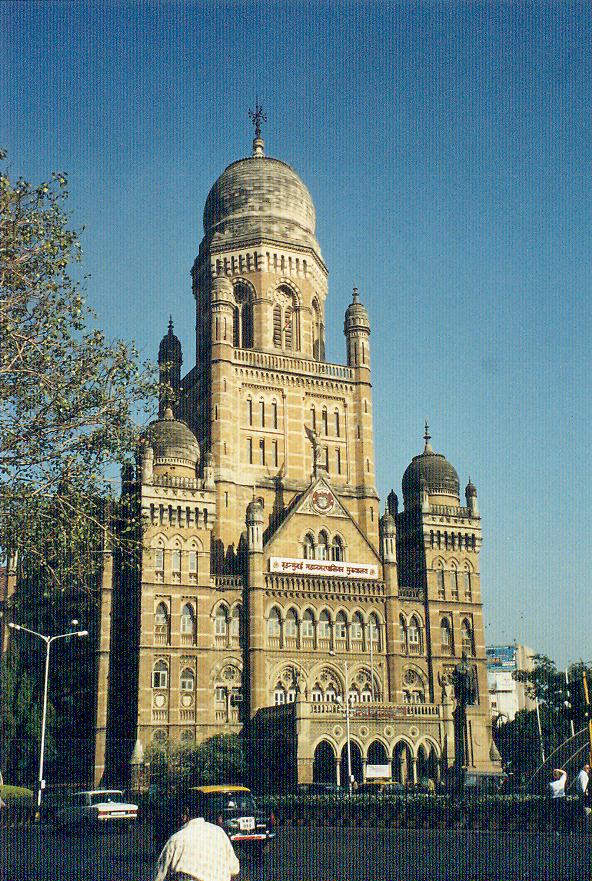 Hergün iki milyona yakın yolcunun ve bin trenin gelip gittiği, İngiliz dönemi binalarından, eski adı ile Victoria Terminali (1887) mimari olarak pek çok stilin birarada kullanıldığı bir bina. Binayı süsleyen heykeller yazar Rudyard Kipling'in babası John Lockwood Kipling'in Bombay Sanat Okulu'ndaki talebeleri tarafından yapılmış; güneşin etkisini azaltmak için de vitraylar kullanılmış. Kipling, terminal binasına yakın İngiliz stili kapalı çarşının dış yüzündeki frizleri de dizayn etmiş. Çarşıda bugün taze meyva, sebze, baharat ve evcil hayvanlar satılıyor.