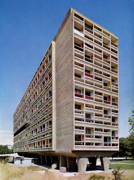 Le Corbusier'in Pürist tarzdaki bloklarından biri Marsilya'da 1946-1952 yılları arasında yapılan Unite d'Habitation'dur (Yerleşim Birimi). 1.800 kişiyi barındıracak 18 katlı bu yapının içinde apartman dairelerinin yanı sıra, anaokulu, tiyatro, alışveriş merkezi, spor salonu gibi ortaklaşa kullanılacak hizmet birimleri bulunuyordu.