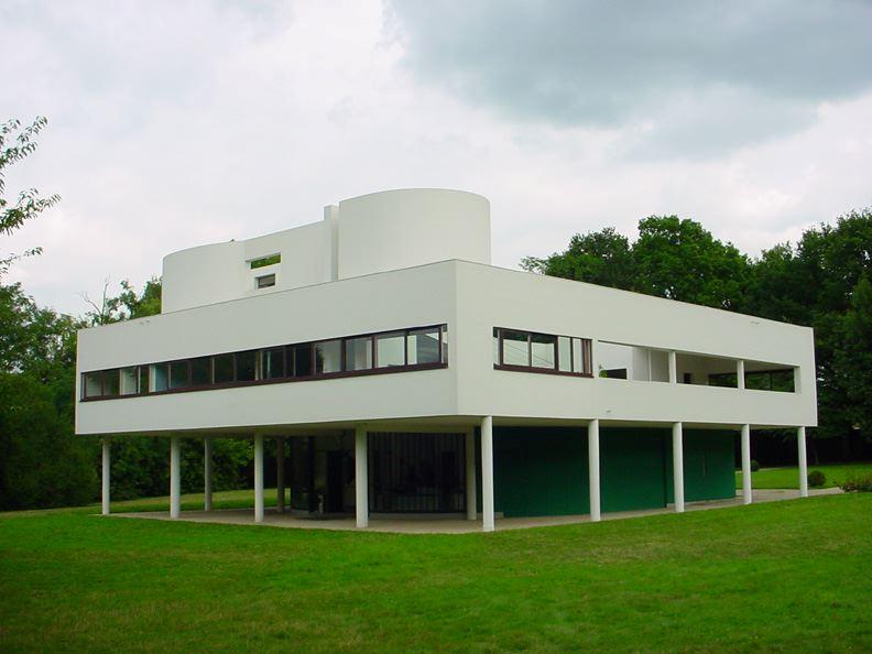 """Le Corbusier'nin Villa Savoye (1931) adlı eseri Pürist tarzın bir uygulamasıdır ve Uluslararası Stil'e ve erken modern mimariye bir örnektir. Daha iyi yaşamaya yönelik """"Yaşama amaçlı makineler""""den biridir. Betonarme, cam ve çelik kullanılarak yapılmıştır. Le Corbusier, Villa Savoye'da binanın kütlesini gizlemeyi amaçlamış, zeminde sütunlarla desteklenen bölüm, bahçeyi iç mekanla bütünleştirecek şekilde tasarlanmıştır. Le Corbusier otomobiller gibi üretim bandında imal edilen evler hayal etmiştir."""