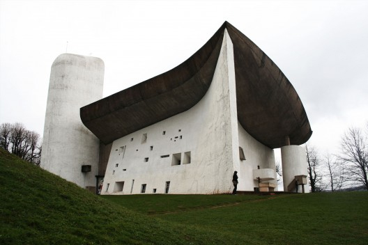 1940'ların sonlarından itibaren Le Corbusier, Pürist üslubundan ayrılıp, tepeye doğru kıvrılan betondan çatısı ve siloyu andıran kulesiyle Fransa, Ronchamp'taki Haç Şapeli'ni (Notre Dame-du-Haut )(1950-54) inşa etti. Fotoğraf: www.mimdap.org