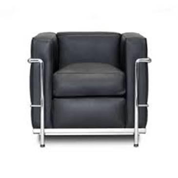 İşlevsel ve sade ev eşyası tasarımı da yapan Le Corbusier, bazı mobilyalarının yapımında çelik borular kullandı.
