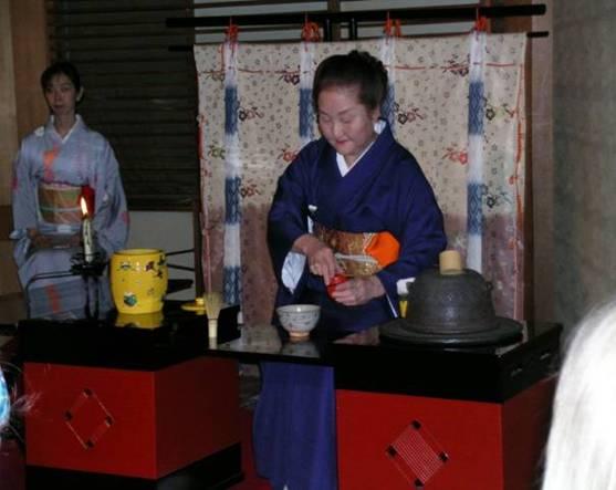 Kyoto'daki Gion Corner'da katıldığımız çay seremonisinden. Tabii ki bu seremoni klasik kurallara uyması imkansız olan bir ortamda, tamamen turistik amaçla gerçekleştirilen bir törendi.