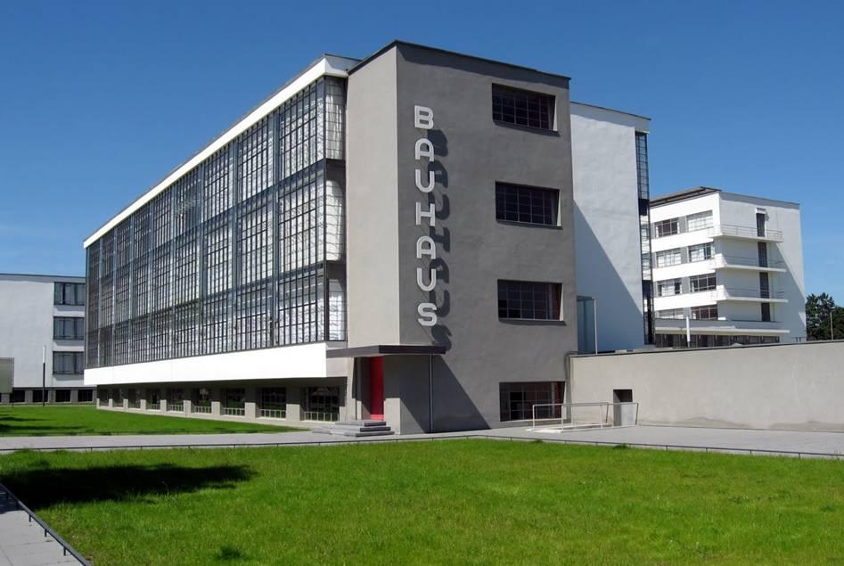 """Gropius, çağdaş mimarlığın biçimlerini belirlerken, bunların yenilik peşinde bir grup mimarın kişisel çabalarıyla biçimlenemeyeceğini, tersine sosyal gereksinimlerin ve teknik olanakların kaçınılmaz mantıksal ürünleri olduklarını belirtmiştir. Pürizm'in eksenel simetri anlayışının dışına çıkarak dinamik bir kompozisyon elde ettiği """"Dessau Bauhaus Binası"""" (1925-26), yine de Pürizm ilkeleriyle bağdaşan bir örnektir.."""
