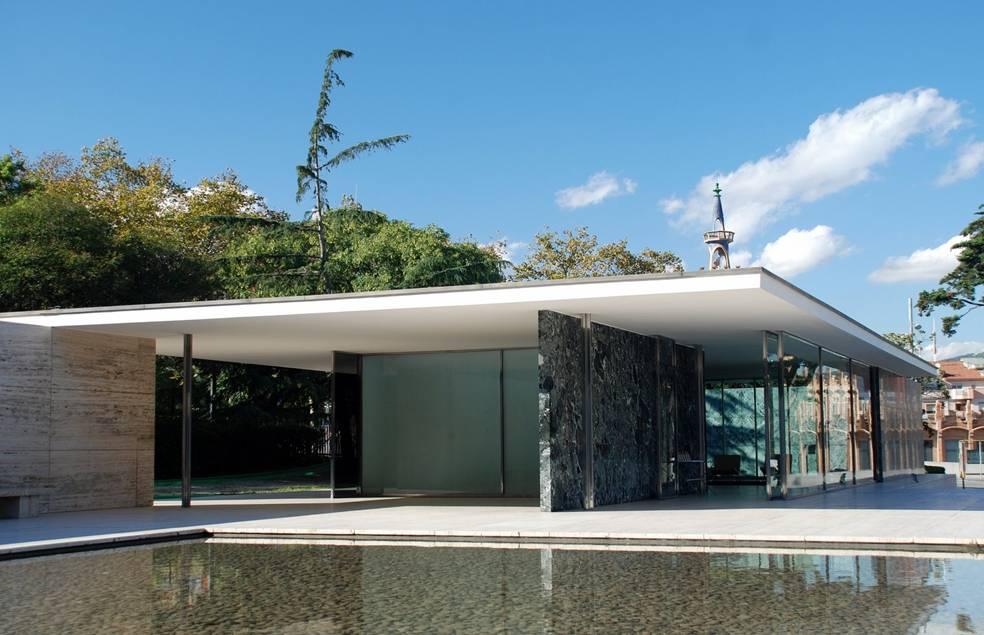 """Alman Ludwig Mies van der Rohe, 1929'da en ünlü projelerinden birine imza attı: Uluslararası Barcelona sergisindeki Alman Pavyonu. Bu bina 1938'de yıkıldı ve daha sonra 1986'da yeniden inşa edildi. Kolonlarla desteklenen düz bir çatıya sahip olan pavyonun iç duvarları cam ve mermerden yapılmıştı ve bu duvarlar yapıyı desteklemedikleri için hareket edebilirler. Mies'in diğer tasarımlarında da gözlenen """"boşluk, hacim, uzay"""" kavramı bu pavyonda da belirgindir."""
