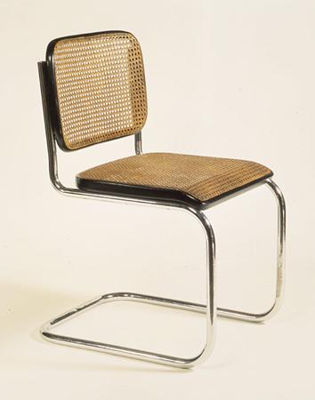 Mies'ten iki yıl sonra, 1928'de, Marcel Breuer daha dengeli ve daha pratik bir model tasarladı: Model B32. Bu model, Breuer'ın hedeflediği gibi, geçmiş dönemin stillerinden hiçbir iz taşımamaktadır. Günümüzde de kopyaları yapılmaya devam etmektedir. Her iki tasarımda da modern, endüstriyel görünüş ve çeliğin sertliği, hasır kullanımı ile yumuşatılmıştır. Model B32 Victoria and Albert Müzesi'nde sergilenmektedir.