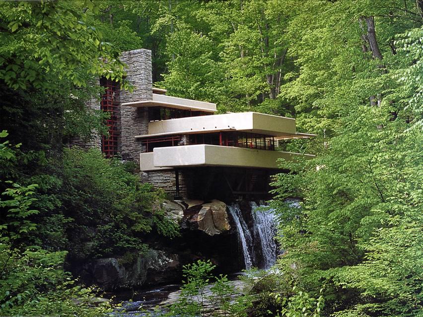 Wright, 1935-37 arasında yaptığı Şelale Evi'nin arazisindeki tüm ağaçları ve bazı kayaları korudu. Binayı şelalenin üzerine yaptı. Şömineler arsadaki kayalar kullanılarak yapıldı. Yerinde korunan bazı kayalar döşemeden çıkmış halde bırakıldı. Sonuç, hayranlıkla karşılanmış. Evin şelale manzarası olmaması eleştirilmiş. Evin şelale manzarası yok, çünkü Wright, şelaleyi görmek değil, yaşamak gerektiğini düşünmüş. Mimari bir simge olan Şelale Evi 1964 yılında müze haline getirilmiş. Günümüze kadar Şelale Evi'ni 4 milyon kişi ziyaret etmiştir. Pencerelerin taş duvarla birleştiği noktalarda doğrama kullanılmamış. Camlar taşların arasına açılan oluklara yerleştirilmiş. Pencerelerin konumu ve şekli evin içinde yaşayanlara dışarıyla içiçe yaşıyormuş hissi vermek için tasarlanmış. Yapıda öne çıkan özellik, balkonları. Balkonların genişliği çok fazla, bu yüzden balkonların geniş olması yapıda zamanla statik problemler ortaya çıkmasına neden olmuş. Balkonların açıklığı o kadar fazla ki, eğilmeler artık gözle görülebiliyor. Balkonlar artık kendi ağırlığını bile taşıyamaz halde. Bunu gören mühendisler 2002 yılında yapıda restorasyona gidiyorlar. Restorasyon sırasında mühendisin balkonlara takviye kolonları yapılması isteği yapı sahipleri tarafından kabul görmüyor. YEM Yayınları'ndaki bir habere göre ABD'deki en meşhur konutlardan biri, ünlü Şelale Evi'nin kurtarılması için 11.5 milyon dolar harcanması gerekiyor.. 1937 yılında Edgar Kaufman için yapılan ev, yapım aşamasında Wright'la inşaat mühendisi arasında tartışmalara neden olmuştu. Frank Lloyd Wright mühendisin ısrarlarına karşın estetik nedenlerle ek strüktürel destekler kullanmayı reddetmişti. Zaman içerisinde kirişler çatladı ve artık döşemeler bükülmeye başladı, ev bütünüyle yıkılma tehlikesiyle karşı karşıya kaldı. Wright'ın öteki 6 yapısını da elden geçiren inşaat şirketi bugünlerde Şelale Evi projesi üzerinde çalışıyor. Çatlayan kirişler boyunca halatlar çekiliyor, ahşap ve çelik pencereler onarılıyor, su girişini enge