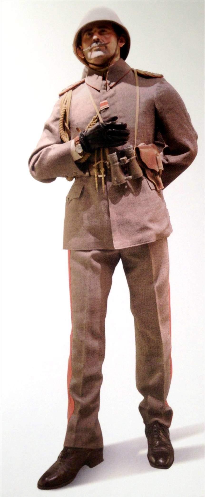 Enver Paşa'nın kendi üniforması, fizyonomisi ve duruşu ile kendisine benzetilmiş mankenin üzerinde.