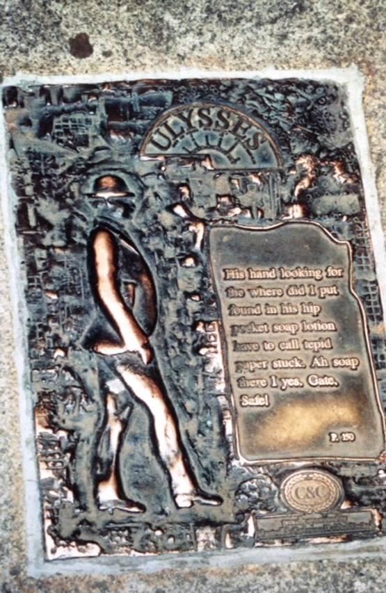 Dublin, yazarlarıyla gurur duyan bir şehir. James Joyce'un Ulysses adlı romanının kahramanlarının heykelleri şehri süslerken, kitabın sayfaları da Dublin'in kaldırımlarını süslüyor. Sayfalar, olayın geçtiği yere konmuş. Ulusal Müze'nin önünde de 150. sayfa yer alıyor. Dublin'de Ulysses turları düzenleniyor.