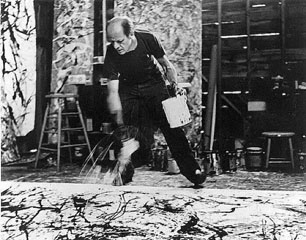 Ressam Jackson Pollock Soyut Dışavurumcu hareketin ABD'de 1940'ların sonu ve 1950'lerin başındaki en bilinen temsilcisiydi. Damlatma ve sıçratma (drip and splash) ya da hareketli boyama (action painting) olarak adlandırılan tarzı, sanat dünyasında şok etkisi ve bir devrim yarattı. Tuvali resim sehpasına yerleştirmek yerine zemine koyuyordu. Altına delikler açılmış bir boya kutusunu yerdeki tuvalin üzerinde gezdiriyor, akan renkleri fırçasıyla işliyor, boyayı tuvalin üzerine damlatıyor, akıtıyor, sıçratıyor, kimi zaman doku yaratmak amacıyla tuvalin üzerine kum ve cam parçaları da ilave ediyordu. Bazen sanatçının vücudu da resim aracı oluyordu. Pollock Soyut Dışavurumcu hareketin lideriydi.  Fotoğraf: www.msxlabs.org.