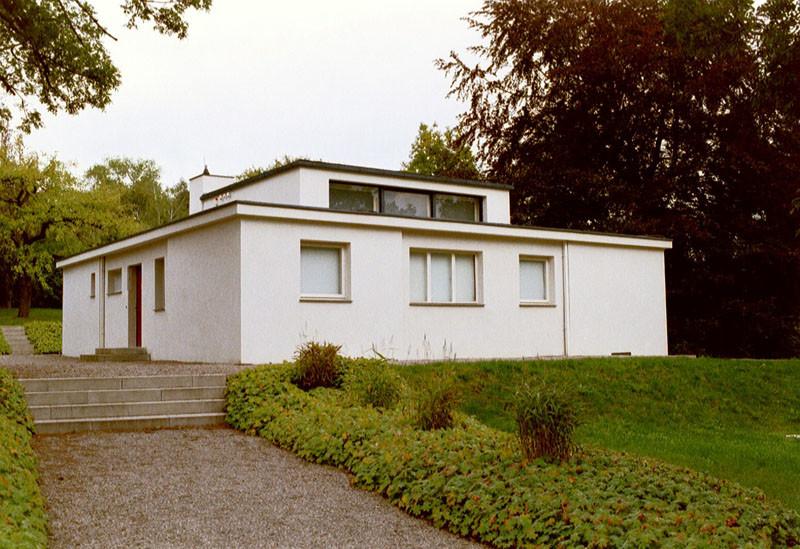 Yeni Yapı'nın ilk örnekleri 1922 Bauhaus sergisinde yer aldı. Sergiden, Georg Muche'nin tasarımı Haus am Horn. Fotoğraf:www.shafe.co.uk