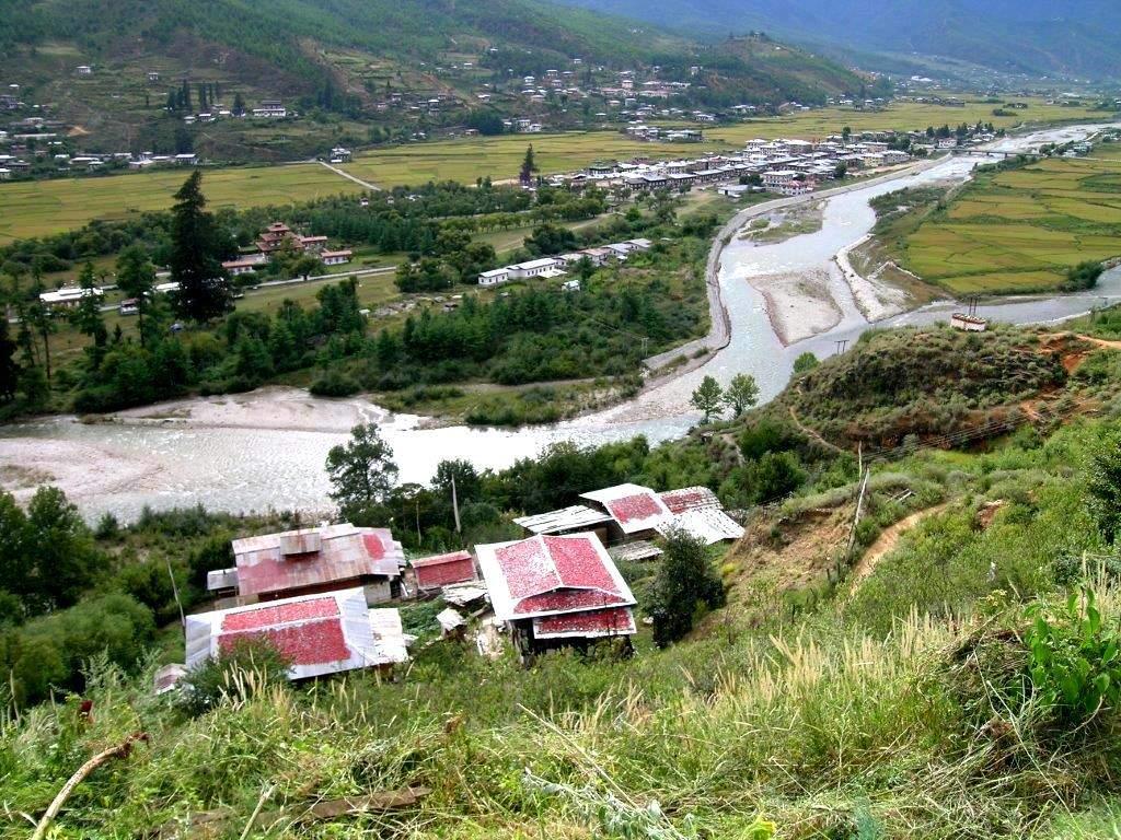 Butan'da damlarda kırmızı biber kurutuluyor.