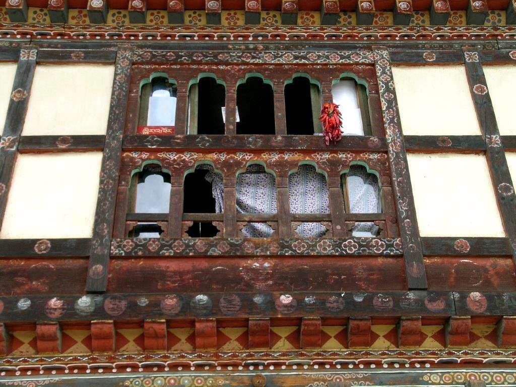 Basklar, biberlerin rengini bayraklarının rengine (kırmızı, yeşil ve beyaz) benzetirler ve evlerinin önünü süslemekte kullanırlar. Butan'da da biberler evleri süslüyor.