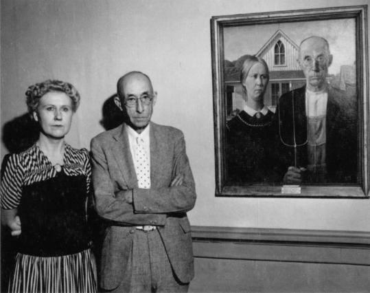 Grant Wood, American Gothic, 1930. Fotoğraf:www.boston.com Fotoğraf:en.wikipedia.org Grant Wood'un bu tablosu ABD'deki en ünlü tablolardan biridir. Uluslararası kabul görmüş kültürel bir ikondur. Tablonun Chicago'da sergilenmesi ile birlikte Wood ülke çapında şöhretli bir sanatçı olmuştur. Gertrude Stein, tablonun küçük, kırsal yer insanının dar kafalılığı ve bastırılmışlığı ile ilgili başarılı bir parodi olduğunu söylemiştir. Depresyonun getirdiği zorluklar toplumsal sorgulamayı da zorunlu kılmış gibidir. Kırsal Amerika'nın eleştirilmesi edebiyat ürünlerinde de kendini göstermiştir. Tablonun ilhamını Güney Iowa'da inşa edilen Neo Gotik bir evden aldığını, figürlerin sanatçının diş hekimi ve kız kardeşi olduğunu, bir çiftçi ile kızını gösterirken, kadınla erkeğin toplumdaki geleneksel rolünü ve adamın elindeki dirgenin zorlu çalışma koşullarını temsil ettiği belirtilmiştir. Wood, Avrupa'ya üç gidişinde de Kuzey'in resim geleneğinden daha çok etkilenmişti. Bu etkilenmenin tablolarındaki etkisi de bariz olmuştur. Tablo ayrıca, Bölgeselcilik akımının sembolüdür.