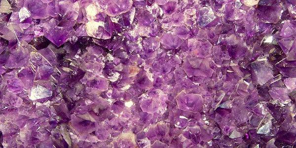Doğada bu renk her tonu ile yer alıyor. Fotoğraftaki ametistten başka eritrit, kuvars, kalkedon, fluorit, tansanit gibi yarı değerli taşlar toprakta morun tonlarını taşıyor. Kelebek ve denizanaları gibi yıldız çiçeği, hercai menekşe, lale, çiğdem, leylak ve lavanta morun her tonuyla doğayı süslüyor. Fotoğraf:www.bilim.org