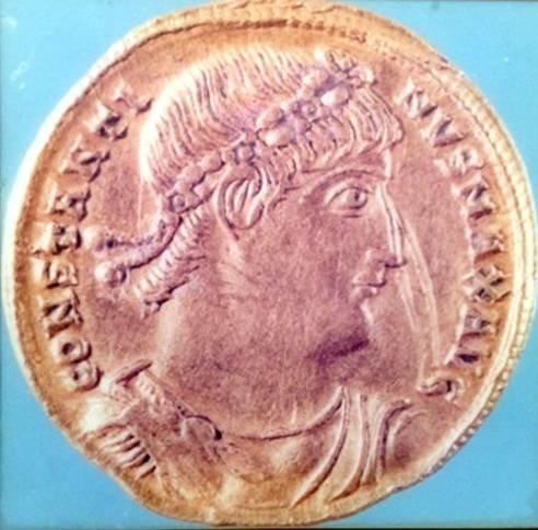 Altın sikke üzerinde I. Konstantin. İstanbul Arkeoloji Müzesi.