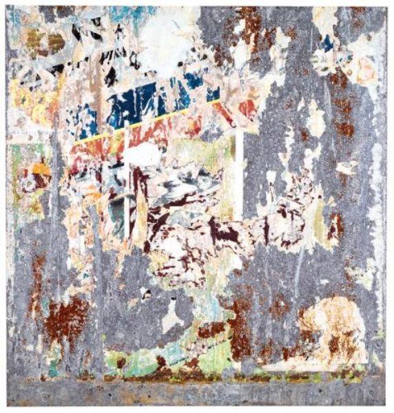 Raymond Hains (1926-2005), Jacques Villeglé (d.1926) ve İtalyan Mimmo Rotella (1918-2006) sokakta unutulmuş afişlerde saklı olan şiirselliği ortaya çıkarmak suretiyle gerçekle ilgilenirler. Afiş kalıntılarını toplarlar, günlük yaşamda herhangi bir gözün farketmeyeceği bir gerçeği gün ışığına çıkarmayı amaçlarlar. Yırtılmış afişlerden elde edilen soyut desenler, farklı doku, renk ve şekillerden yararlanırlar. Afişler yırtıldığında altından diğer afişler gözükür, bu da başka bir gerçekliktir. Seçilen afiş parçaları tuvalin üzerine uygulanır. Yukarıda, Raymond Hains'den bir örnek. Fotoğraf:art.findartinfo.com