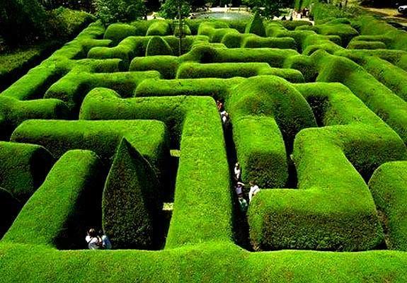 Avustralya'daki Ashcombe Maze'de on adet temalı bahçe vardır. Yukarıda fotoğrafta görülenden başka burada, çocuklar için yapılmış, lavanta tarhları ile oluşturulmuş labirentler de vardır. Zen bahçesinde kumun üzerine çizilen motiflerden biri de labirenttir. Fotoğraf:travel.spotcoolstuff.com/world-amazing-mazes