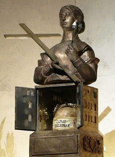 Almanya'daki en eski katedral olan ve 1986 yılında Roma Anıtları, UNESCO Dünya Mirası Listesi'ne alınan Trier Katedrali'nin yer altı odasında bir kutsal emanet olarak muhafaza edilen Azize Helena'nın kafatası. Fotoğraf:tr.wikipedia.org