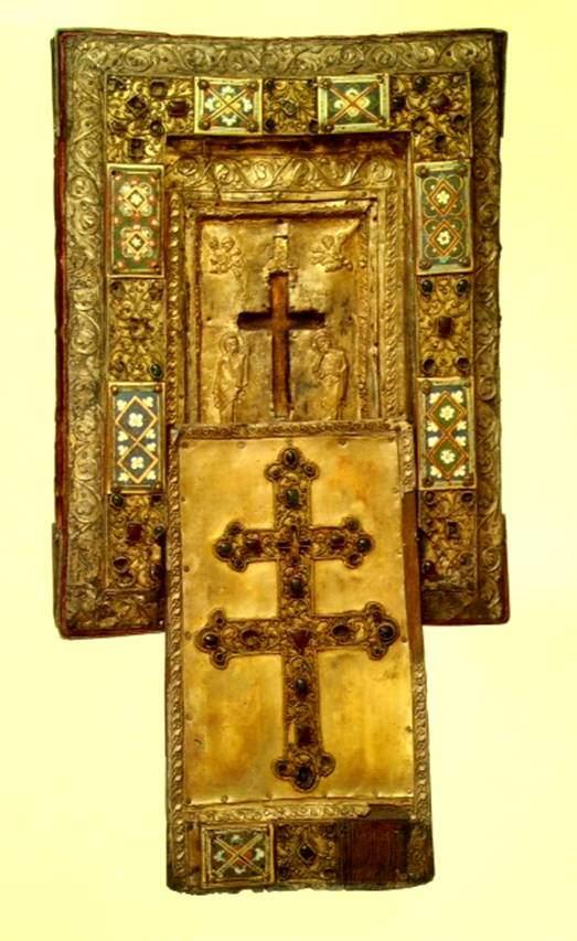 Louvre Müzesi'nde bulunan Gerçek Haç rölikeri. Orta parçası 11. yüzyılda Konstantinopolis'te; çerçevesi, kapağı erken 13. yüzyılda kuzeyde, Ren-Meuse deltasında yapıldığı düşünülüyor. 17.yüzyılda ise taş işlemeleri yapılmış. Tipik bir Bizans Gerçek Haç rölikeri dikdörtgen, derinliksiz, içinde Haç'ın konacağı oyuntusu olan, sürme kapaklı olur. Merkezdeki haçın içi boş. Orjinalinin iki kollu haç şeklinde olduğu biliniyor. İç kısımdaki Meryem ve Aziz John kabartması ve melekler de tipik Bizans betimlemesi. Ancak genelde bu kompozisyon kapakta kullanılırdı. Fotoğraf: Byzantium, Robin Cormack ve Maria Vasilaki, Royal Academy of Arts, 2008.