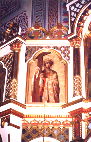 Azize Helena (246/250-328/330) genellikle başında bir taç ve elinde bir haçla betimlenir. Ortodoks Kilisesi, Doğu Ortodoks Kilisesi (Ermeni Apostolik, Süryani Kadim, Kıpti, Habeş, Eritrea ve Hint Ortodoks kiliseleri gibi kendi patriği olan, kendi dilinde ibadet eden, monofizit kiliseler), Katolik Kilisesi ve Anglikanlar tarafından azize olarak kabul edilir. Ortodoks Kilisesi yortu gününü oğluyla beraber 21 Mayıs'ta, Batı Kiliseleri ise 18 Ağustos'ta, haç olayından dolayı, Azize Helena'yı anmaktadır. Helsinki, Uspenski Rus Ortodoks Katedrali.