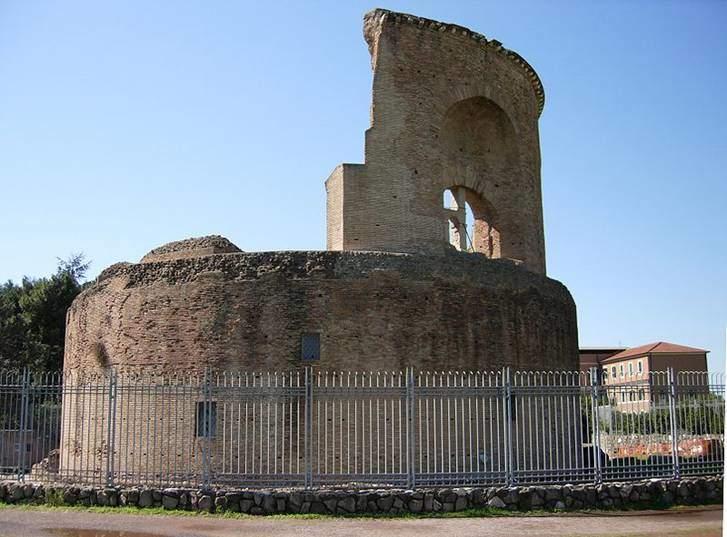 Bazı kaynaklara göre 328, diğerlerine göre 330 yılında Konstantinopolis'te öldüğünde, vasiyeti üzerine Roma'ya götürülüp, orada gömülmüştür, denir. Mozolesi (Mouseleon, musalar tepesi demek), oğlu İmparator Büyük Konstantin tarafından 326-330 yılları arasında yaptırılmış, antik Roma yolu Via Labicana üzerindedir (günümüzde Via Casilina). Fotoğraf:en.wikipedia.org