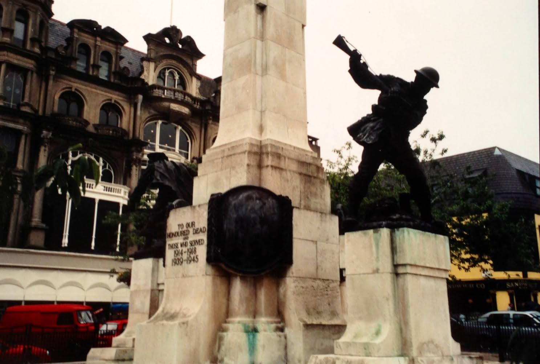 Derry'de, iki Dünya Savaşı sırasında ölenlerin anısına dikilmiş bir Savaş Anıtı da var.