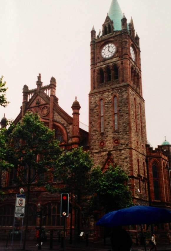 Derry'de Guildhall. Loncalar merkezi. 2013 yılında İngiltere ilk defa kültür başkenti seçme uygulamasına başladı. İngiltere'nin ilk kültür başkenti Derry oldu. Belki de Kanlı Pazar için bir başka özür olarak.