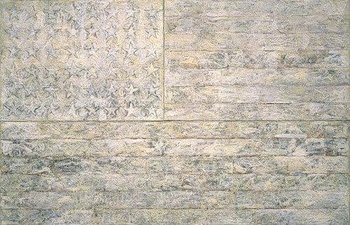 Jasper Johns, Beyaz Bayrak, 1955. Sanatçı sadece 1950'lerde değil, 2000'lerde de bayrak serisini yapmaya devam etmiştir. Beyaz Bayrak, serinin en büyüğü (199x307cm) ve ilk monochrome olanıdır. Bu seri Johns'un erken dönemini en iyi temsil eden işidir. Kullandığı sıcak balmumu sayesinde her fırça darbesini görünür kılmış; yüzey girintili çıkıntılı olmuş; renk şeffaftan opak'a değişiklik göstermiştir. Tablo, üç ayrı tuvalden oluşmaktadır: yıldızların yer aldığı, yıldızların yanındaki yedi şeritli bölüm ve altta uzun şeritli olan. Astar olarak doğal balmumunu sürmüş, yıldızların çevresi ve şeritler için kağıt ve kumaş parçalarını eritilmiş balmumuna batırıp tuvalde yerlerine yerleştirerek kolajını tamamlamış, üç paneli birleştirdikten sonra en üste tekrar balmumu sürmüş, bu defa balmumunun içine renk katmıştır. Bu eser, 1998 yılında Metropolitan Müzesi tarafından 20 milyon dolara satın alınana kadar sanatçının koleksiyonunda kalmıştır. Fotoğraf:www.jasper-johns.org