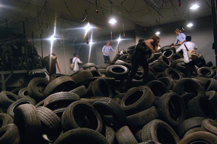Allan Kaprow Yard 2 adlı sanatçının vefatından sonra, 2009 yılında gerçekleştirilen bir Happening. Fotoğraf:animalnewyork.com
