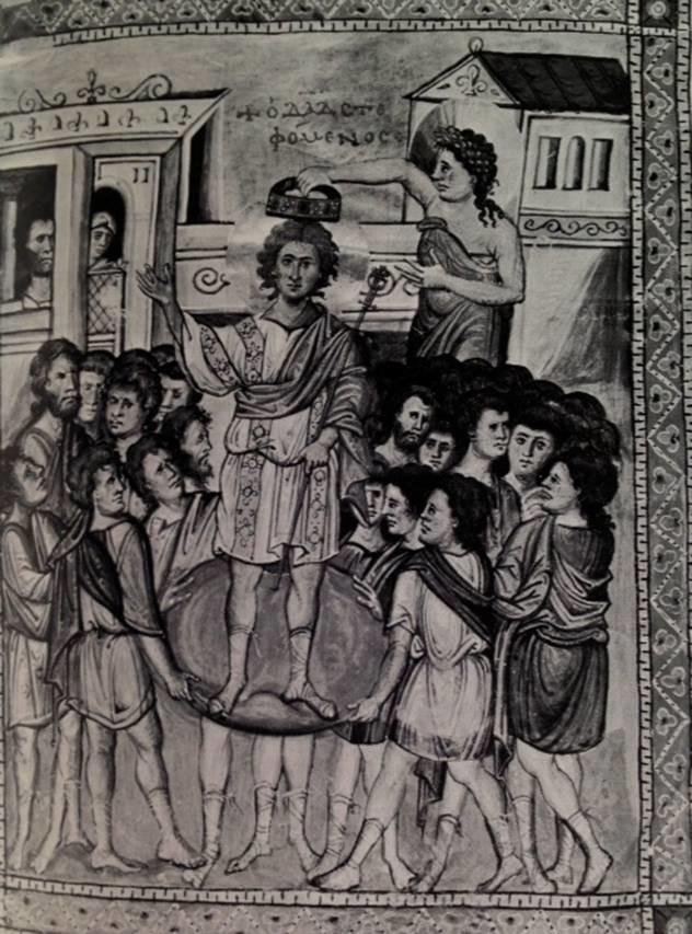 İmparator tahta çıkarken kalkanın  üzerinde taşınırdı. İmparatorun tahta çıkma törenlerine dört geleneksel Roma rengi eşlik ederdi: mavi, yeşil, kırmızı ve beyaz. Hipodrom'da yapılan araba yarışlarında da bu renkler takımların rengi idi. Fotoğraf: Byzantium, Time-Life Inc.