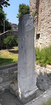 Aya Sofya'nın karşısında bulunan Milion Taşı. Fotoğraf:tr.wikipedia.org