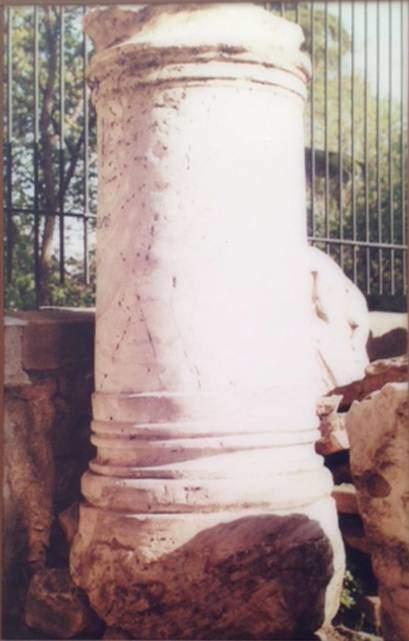 Hamamı süsleyen heykellerden birine ait kaide. Kazılarda bu hamama ait olduğu düşünülen birçok mimari parça ele geçmiştir.