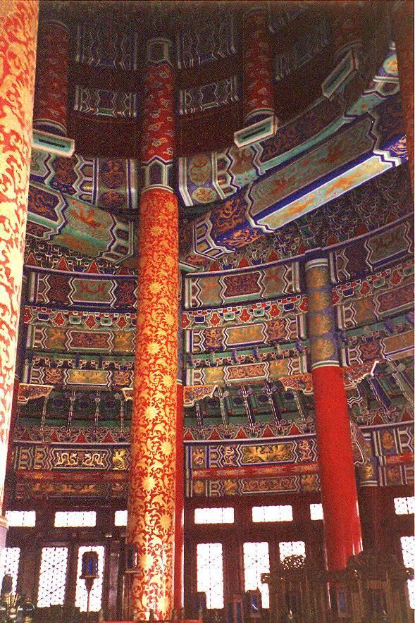 Her Yeni Yıl'da Çin İmparatoru, büyük bir ayin alayı ile Cennet Tapınağı'na, fotoğraftaki İyi Mahsul İçin Yakarı Salonu'na gelir, bütün gece tanrılara yakarılır, ertesi yıl bol bir hasat vermeleri için tanrılara dualar edilirdi. Salonda kullanılan renklerin seçimi önemli. Beijing.