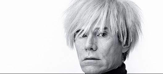 Warhol, Jean-Charles de Castelbajac imzalı platin rengi sentetik peruğunu hiç çıkarmadı. Fotoğraf:www.huffingtonpost.com