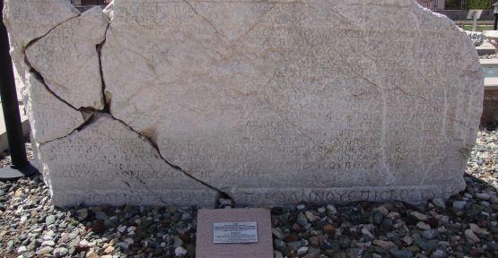 Hazreti İsa'nın Edessa Kralı Abgar'a yazdığı mektup olduğu iddia edilen, Çorum Müzesi bahçesinde sergilenen, Çorum ile Şanlıurfa arasında çekişmeye sebep olan eser. Fotoğraf:www.edessatv.com