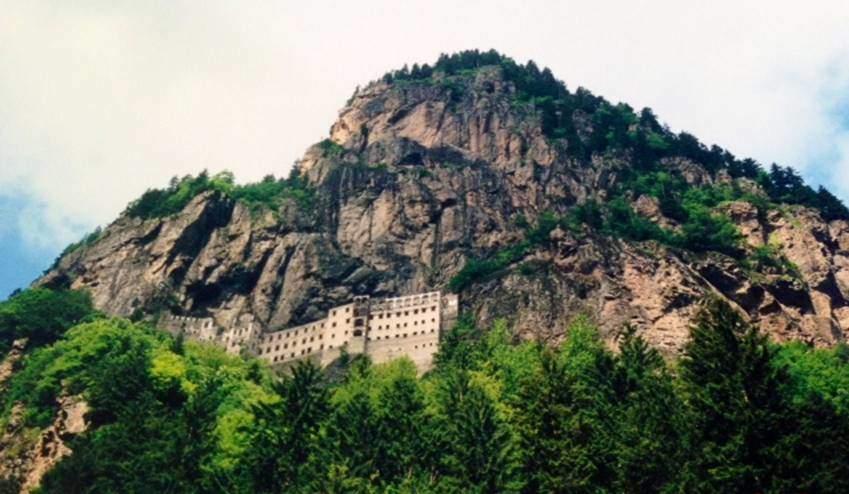 Sümela Manastırı, Maçka ilçesi Altındere Köyü'nde, Karadağ eteklerinde, deniz seviyesinden 1150 metre yüksekliktedir.