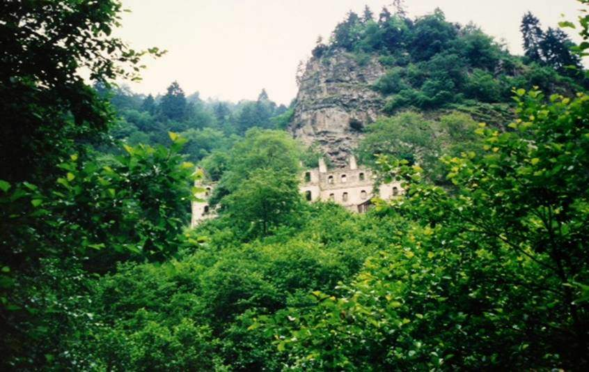 Vazelon Manastırı da Maçka ilçesinde, Kiremitli Köyü yakınlarındadır.