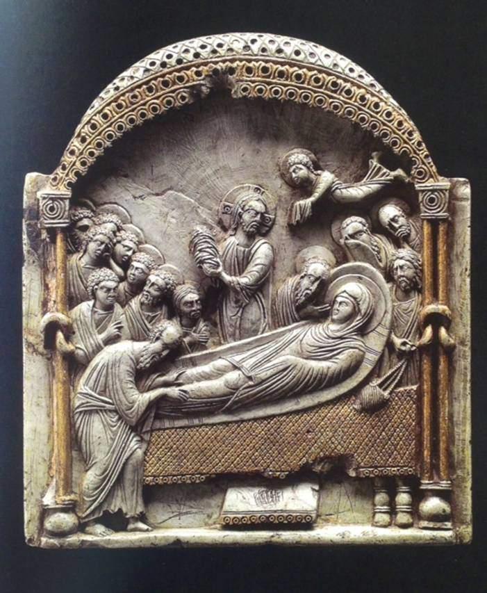 Koimesis ikonu. Konstantinopolis, 10. yüzyılın ikinci yarısı, Kunsthistorisches Museum, Viyana. Bu, sabun taşından yapılma kişiye özel bir ikon. Sabun taşı gözeneksiz, ama işlenmesi kolay bir malzeme olduğu ve fildişinden daha uygun fiyata mal olduğu için fildişi gibi, küçük boy eserler için tercih edilirdi. Bizanslılar taşın açık yeşil tonunu da severlerdi. Bu ikona altın yaldız süsleme de yapılmış. Sabun taşından yapılmış eserleri de fildişi ustalarının yaptığı tahmin ediliyor. Ancak sabun taşı kırılgan olduğu için günümüze ulaşmış çok fazla eser yoktur. Bu ikonda Meryem, bir kline üzerinde, etrafında Aziz Petrus ve Pavlus ile Havariler, uykuya yatmıştır. İsa, merkezdedir. Bir tek onun başındaki halede haç vardır. Elinde Meryem'in kundakta bebek şeklinde tasvir edilmiş ruhunu tutmaktadır. Bebeğin başı kırılmış, günümüze ulaşmamıştır. Sağdaki melek, Meryem'in ruhunu Cennet'e götürmek üzere hazırdır. Ellerinin üzerinde, kutsala çıplak elle dokunmamak için bir örtü vardır. Bütün olay, bir baldekenin altında geçmektedir. İki yandaki sütun, milattan önceden beri uygulanan Herakles düğümü ile süslüdür. Fotoğraf: Byzantium, Robin Cormack ve Maria Vasilaki, Royal Academy of Arts, 2008.