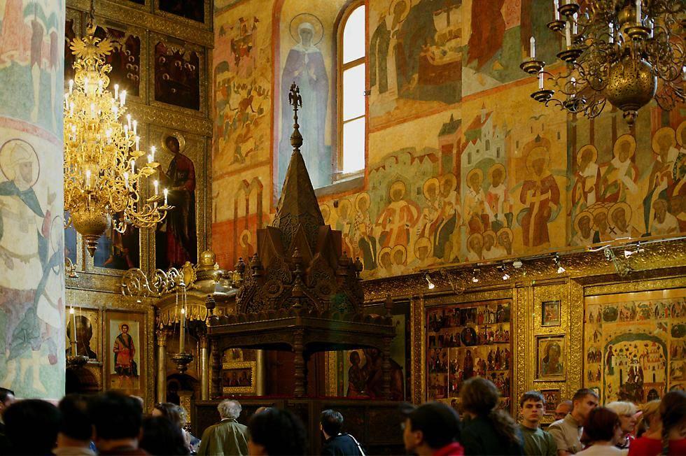"""""""Çar'ın yeri"""" diye bilinen """"Monomakh'ın tahtı,"""" Ebedi Uyku Katedrali'nin içine yerleştirildi. Alt rölyeflerinde Bizans İmparatoru Konstantin Monomakh'ın (1042-1055), Vladimir Büyük Knezi'ne barış istemek için gönderdiği elçilerin ve hediyelerin tasvir edildiği, dört arslan üzerinde yükselen 1051 yapımı büyük bir ahşap oyma eserdir. Biz gittiğimizde fotoğraf çekme izni alamamıştık. Fotoğraf:www.richard-seaman.com."""