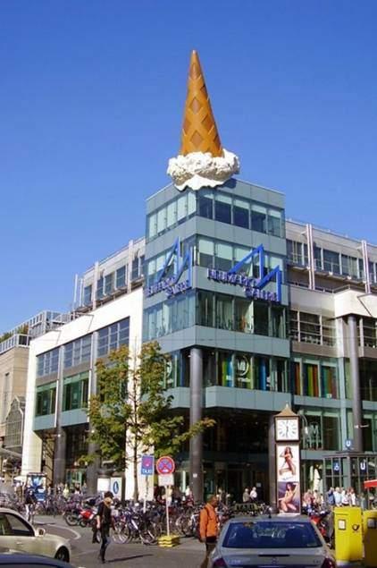 Oldenburg'un Köln'de binanın tepesine düşmüş dondurma külahı. Fotoğraf:thechive.com